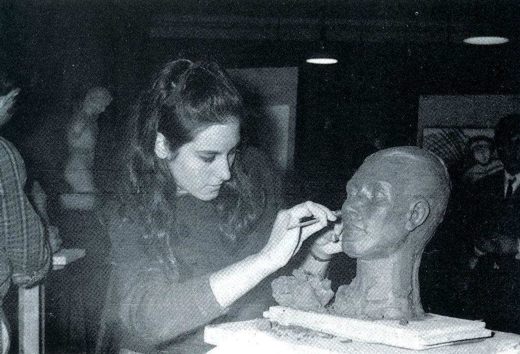 Mireia Català al taller de modelat de Llotja, 1966.