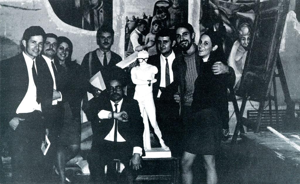 Andreu i Mireia amb el professor Llucià Navarro i la promoció de 1969. Procediments pictòrics i pintura mural. Llotja.