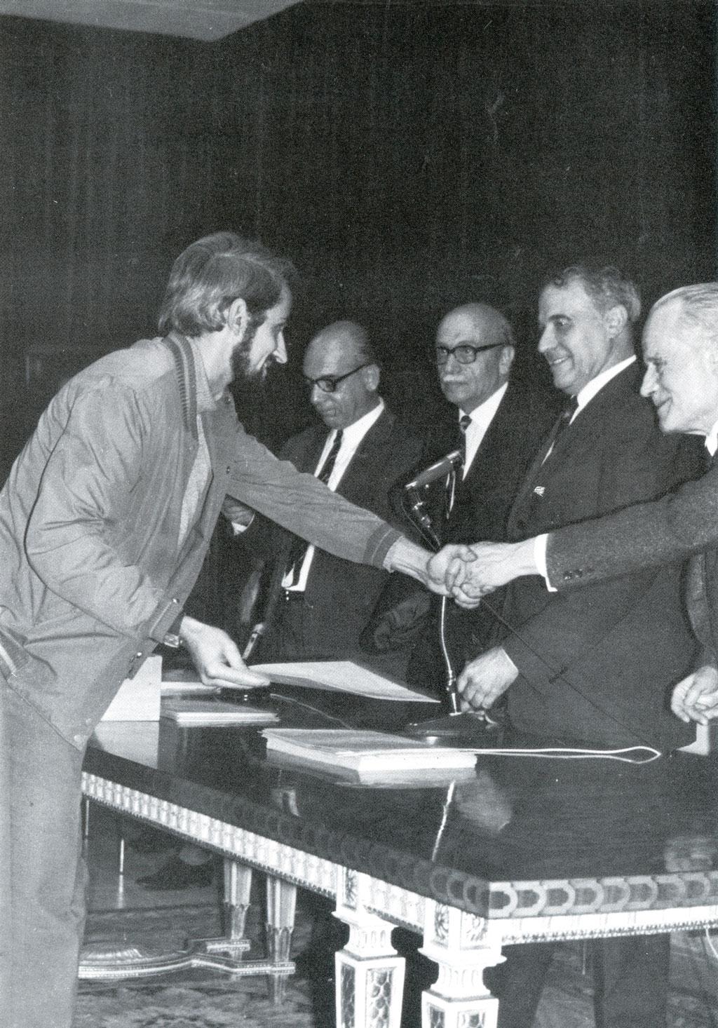 Recollint el premi de fi de carrera. Llotja 1969.